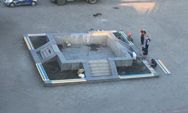 Роботи над реставрацією фонтану ідуть повним ходом.