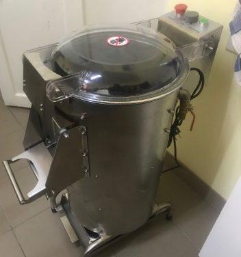 """В рамках конкурсу міні-грантів """"Громада своїми руками"""" """"БФ Карітас"""" вдалось оновити стільці, столи, придбати картоплечистку та дрібне кухонне приладдя."""
